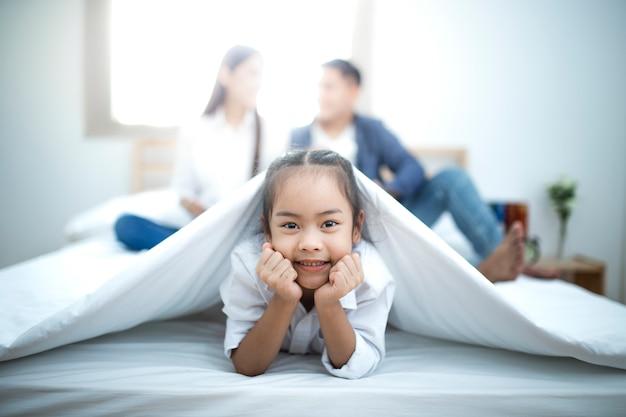 生きている子供たちのいる幸せなアジアの家族。幸せな家族の母親、父親。