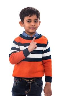 Счастливый мальчик показывает палец вверх и изолированный палец
