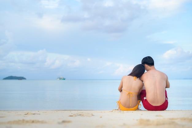 행복한 커플을 즐기고 해변에서 휴식