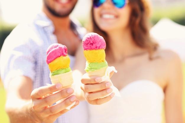 Счастливая пара показывает рожки мороженого