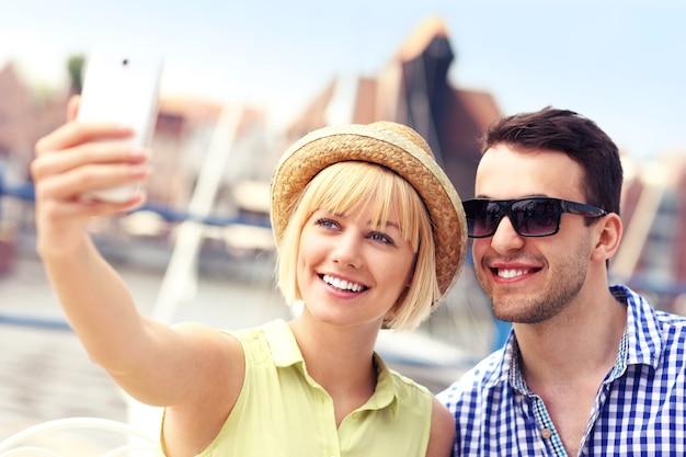グダニスクマリーナで自分の写真を撮る幸せなカップル