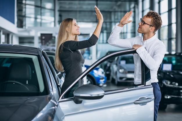 좋은 거래를하는 자동차 쇼룸에서 행복한 고객