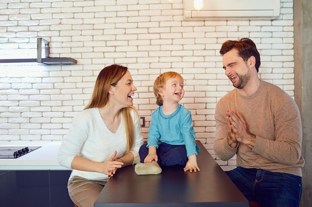 행복한 가족이 방에있는 테이블에서 놀고있다