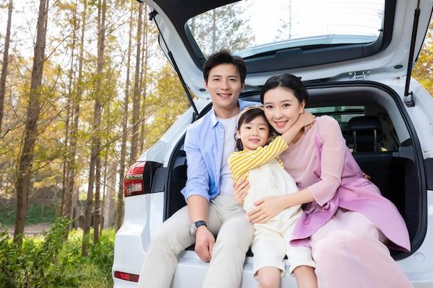 Счастливый семейный портрет в отпуске