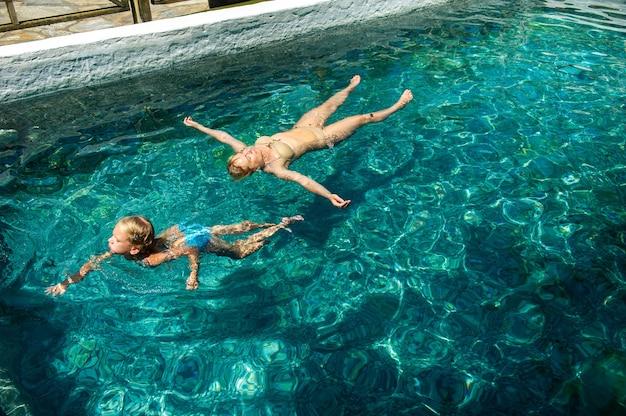 幸せな家族がトルコのリゾートで硫化水素処理プールを利用します。