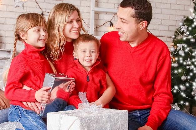 Счастливая семья с подарками на рождество