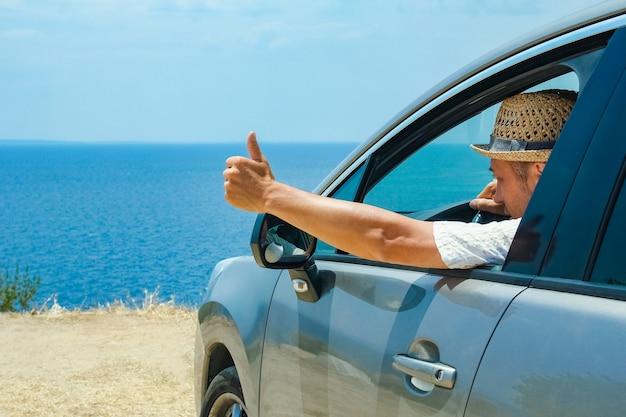 Счастливый парень в авто море