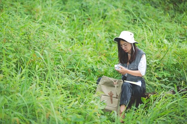 幸せなハイカーがバックパックでジャングルを歩きます。