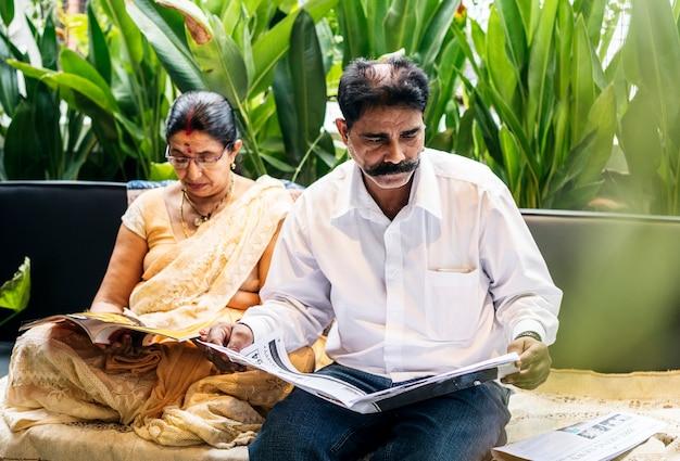 一緒に時間を過ごす幸せなインドのカップル