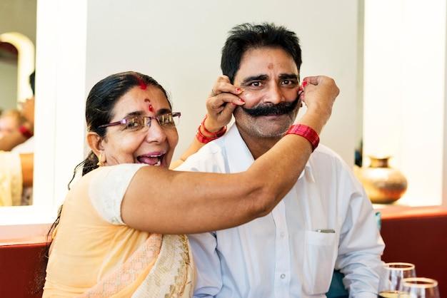 幸せなインドのカップルが一緒に時間を過ごす