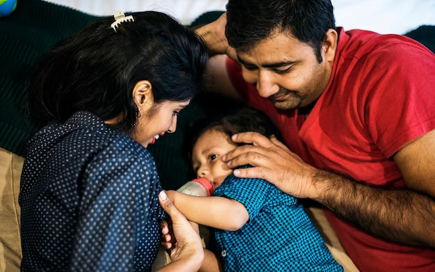 幸せなインド人家族