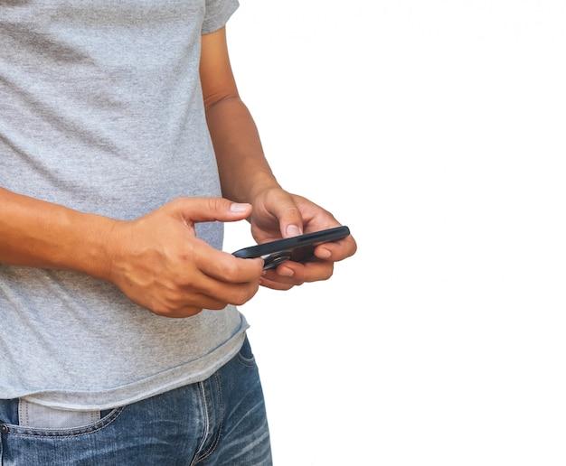 ホワイトバックグラウンドで携帯電話を見て幸せな男。