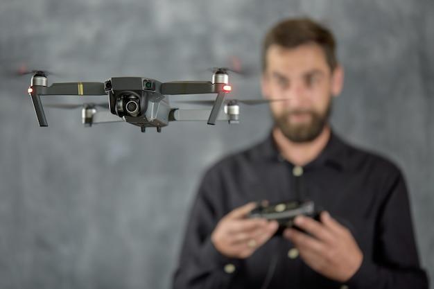 Счастливый человек тестирует удаленный беспилотный летательный аппарат с камерой