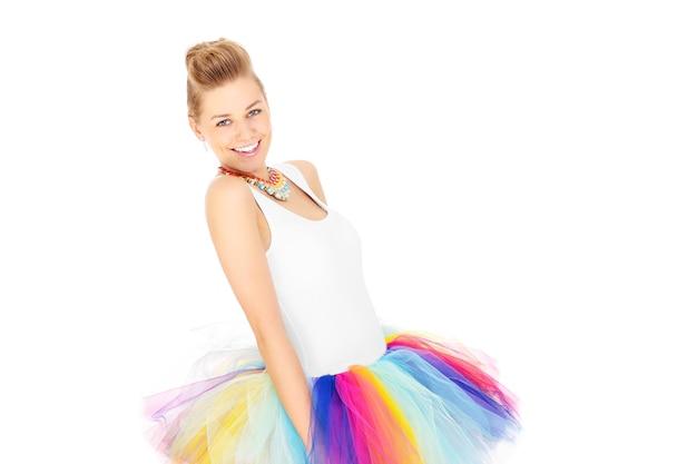 白い背景の上のカラフルなスカートで幸せな女性