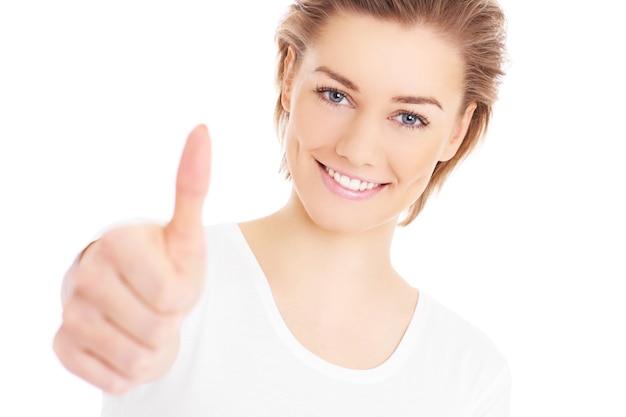 白い背景の上にokサインを示す幸せな女性