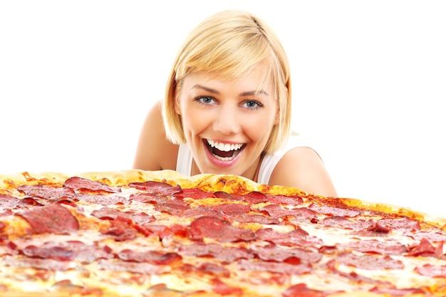 白い背景の上のピザと幸せな女性