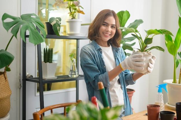 Счастливая молодая красивая женщина, наслаждающаяся и расслабляющая досуг в саду дома