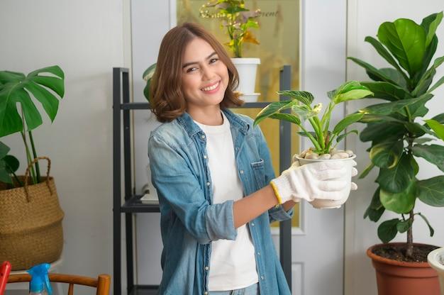 自宅の庭でレジャー活動を楽しんでリラックスして幸せな若い美しい女性