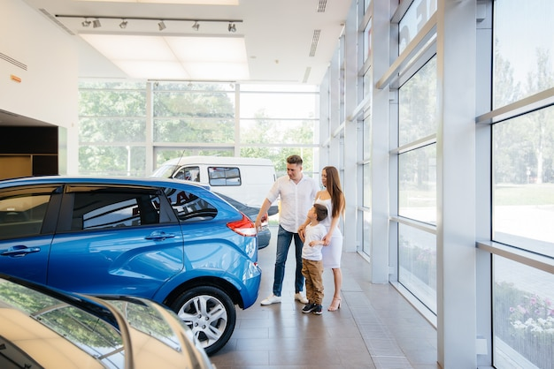 自動車販売店で幸せな若い家族