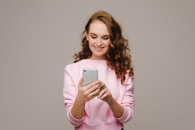 전화를 들고 행복 한 어린 소녀에 보이는 미소.