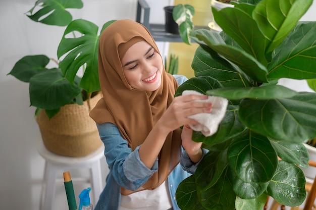 自宅の庭で余暇活動を楽しんでリラックスして幸せな若いイスラム教徒の女性