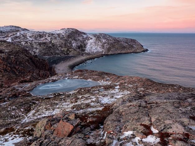 海と曲がった海岸線に突き出た到達困難な岬