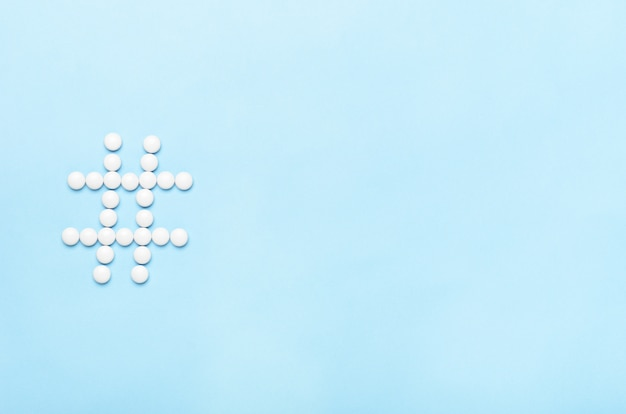 錠剤のハッシュタグ。コンセプト医学、健康、オンライン治療。