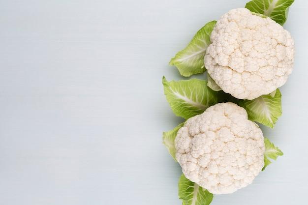 Кочан свежей цветной капусты. здоровое питание и вегетарианство. цвет фона.