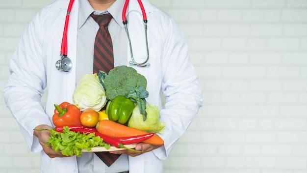 건강 과일과 채소의 쟁반을 들고 건강 전문가 또는 의사