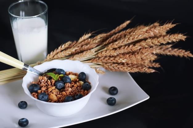 Полезные хлопья для завтрака с молоком и фруктами овсяные и кукурузные хлопья с шоколадом и йогуртом