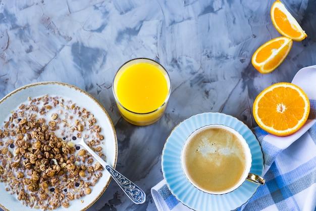 コーヒー、オレンジ、ジュースとチョコレートのミューズリーのヘルシーな朝食