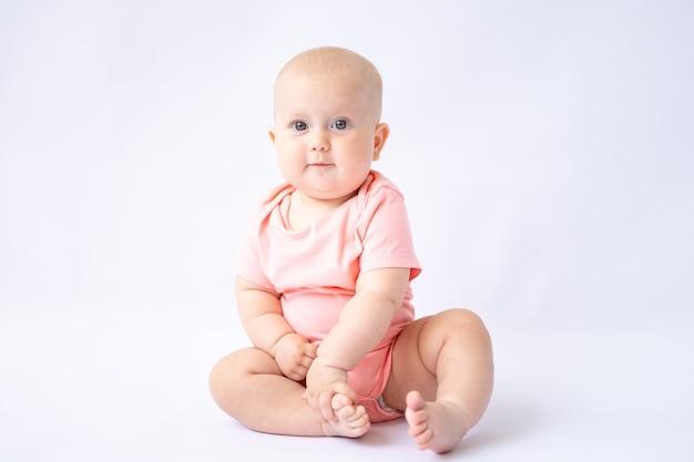 Здоровый веселый малыш на белом фоне смотрит в камеру изолятор ребенок