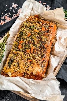 Здоровая диета с высоким содержанием белка, копченое филе атлантического лосося. форель. вид сверху.