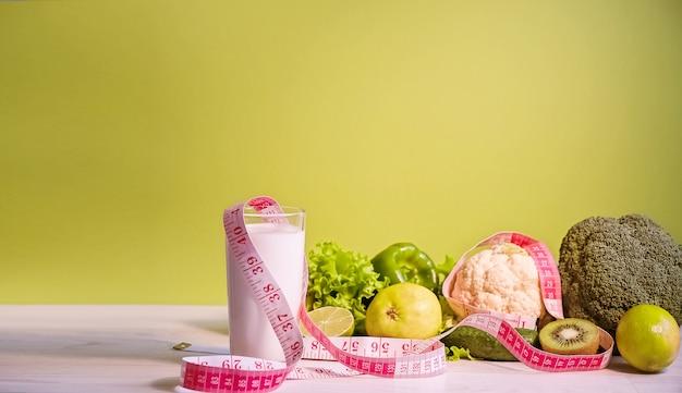 건강한 라이프 스타일. 다이어트 요리에 대 한 녹색 야채., 허리 측정 테이프. 슬리밍