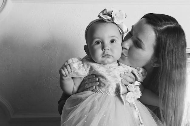 건강한 라이프 스타일, 어린이 보호, 쇼핑-어머니의 팔에있는 아기. 여자가 아이 들고