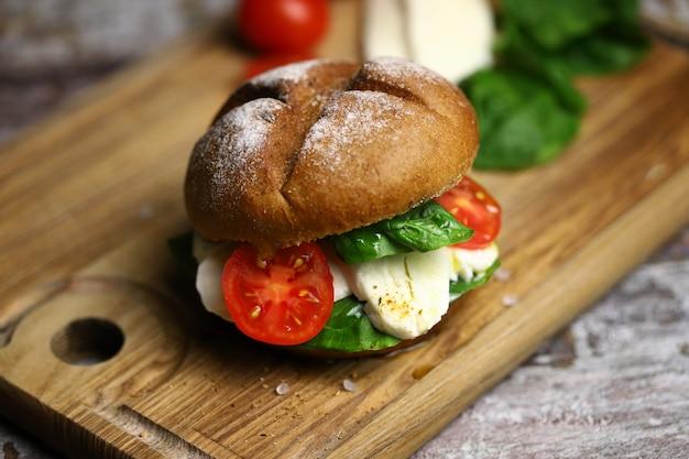 モッツァレラトマトとほうれん草のヘルシーサンドイッチ