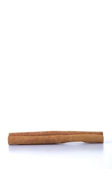 계피의 힙 흰색 표면에 스틱
