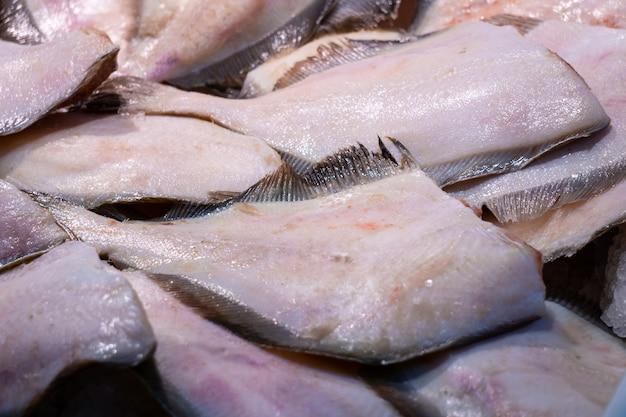 Куча свежего филе камбалы на рыбном рынке