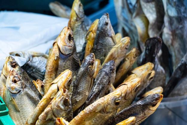 시장에 있는 작은 마른 정어리 생선 더미