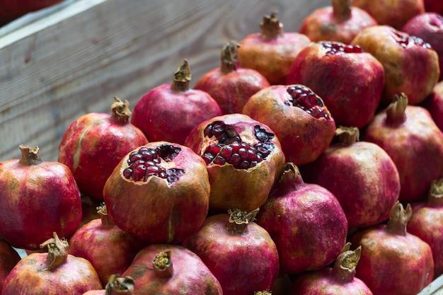 길거리 음식 시장의 석류 더미