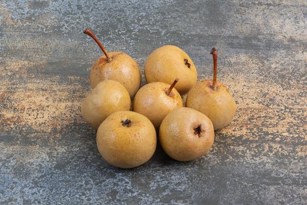 Куча консервированных яблок на мраморе.