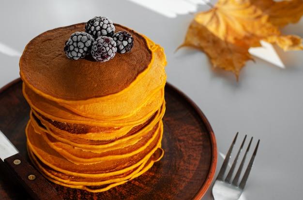 ブラックベリーとカボチャのパンケーキのヒープ。おいしい朝食。