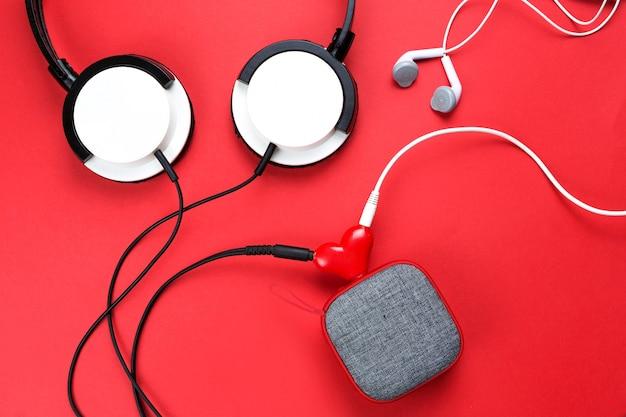 사랑에 빠진 커플을위한 하트 모양의 헤드폰 스플리터.