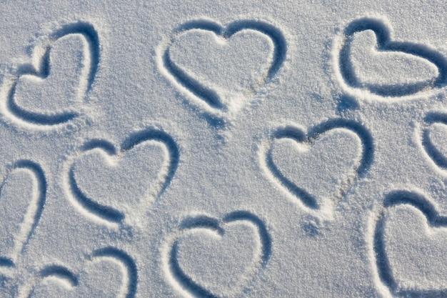 Символ сердца, нарисованный на снегу