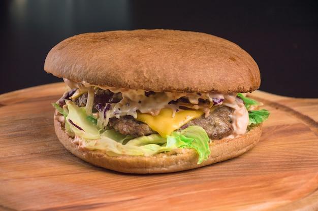 쇠고기 갈비와 마늘 소스를 곁들인 풍성한 치즈 버거