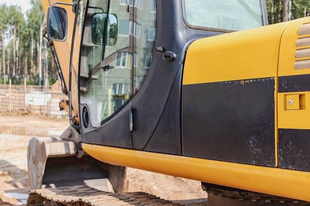 大きなバケツを備えた重いクローラーショベルが仕事の準備をしています。土工用重機。採石場の掘削機。領土の改善。
