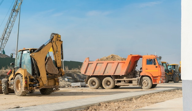 새 건물을 짓는 데 사용되는 중공업 기술 기계