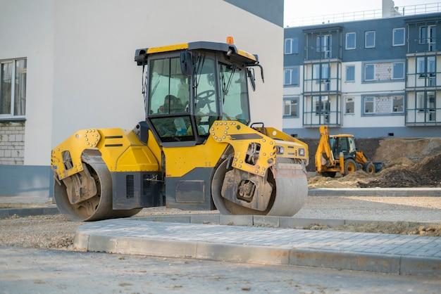 Машины тяжелой промышленности, используемые для строительства новых зданий