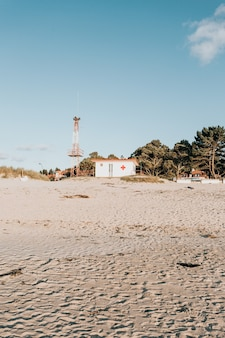 Дом помощи на пляже с летней и солнечной концепцией