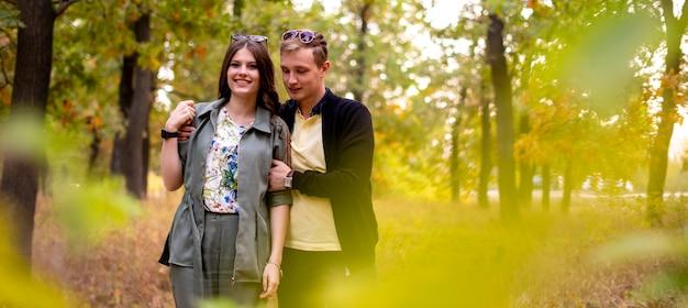 Портрет гетеросексуальной пары, образ жизни, откровенное фото, на улице